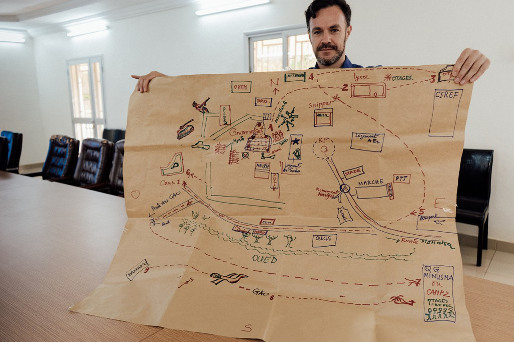 Hernando displays a map of the events of the Kidal 2014 attacks, as created by victims through collective consultations. October 2017 (Hannah Dunphy/JRR)